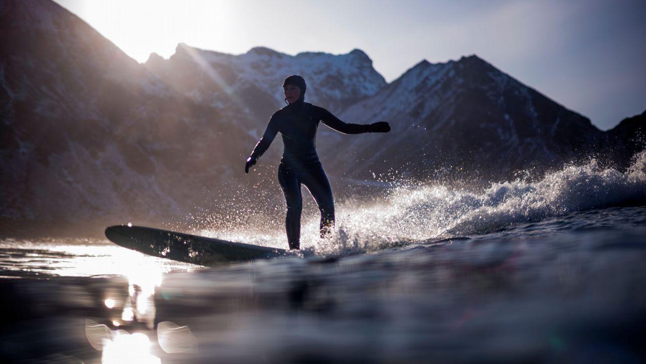 Surfear bajo la nieve más allá del círculo polar ártico