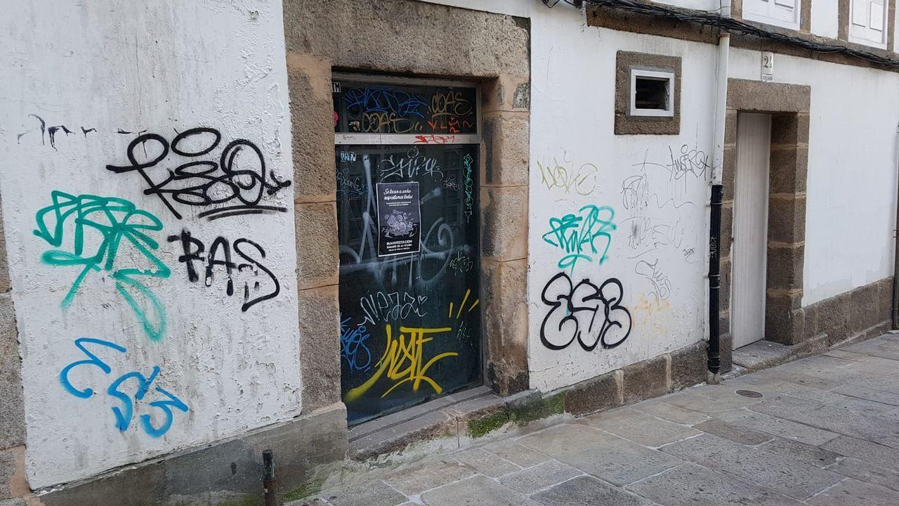 Calle Amargura. La pintada contra la Marea fue borrada del muro que esta al lado derecho de la imagen, pero se dejaron el resto de los grafitis que habiá en la fachada.