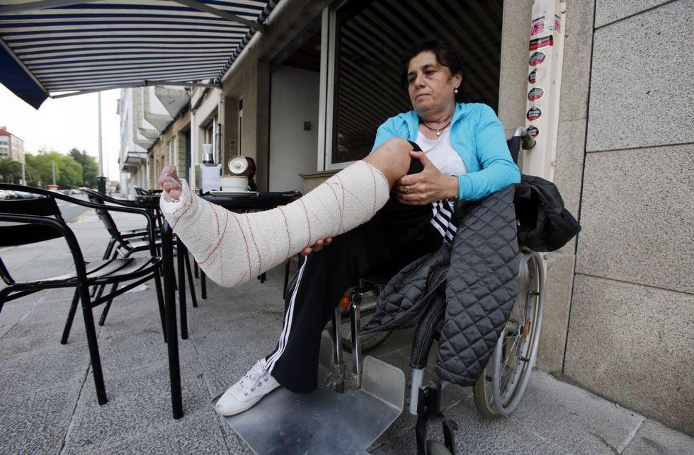 .Marisa Castelao volvió ayer a Santiago, pero con el pie en alto y en silla de ruedas.