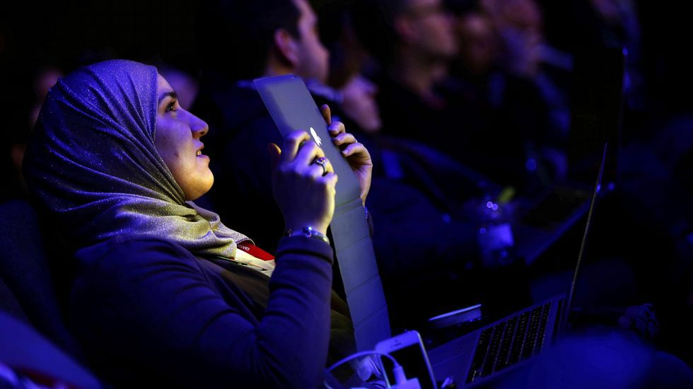 .Una congresista siguiendo la conferencia del vicepresidente de Google y responsable de Android en el buscador.