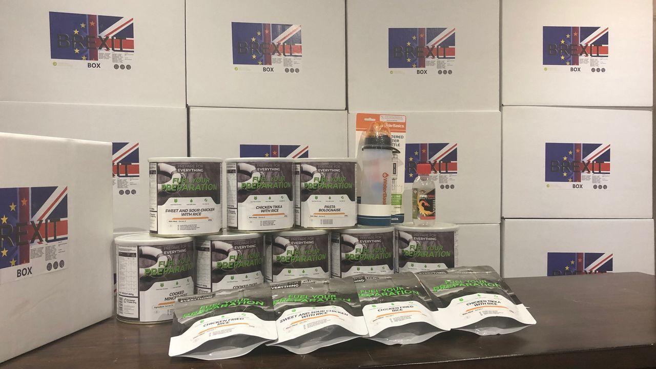 Las cajas son comercializadas por una empresa de Leeds especializada en venta de provisiones en situaciones de emergencia. Su precio oscila entre las 295 y las 595 libras. Las más baratas incluyen hasta 96 raciones de comida entre pastas, pollo y guisos de carne, así como filtros de agua y geles combustibles para hacer fuego