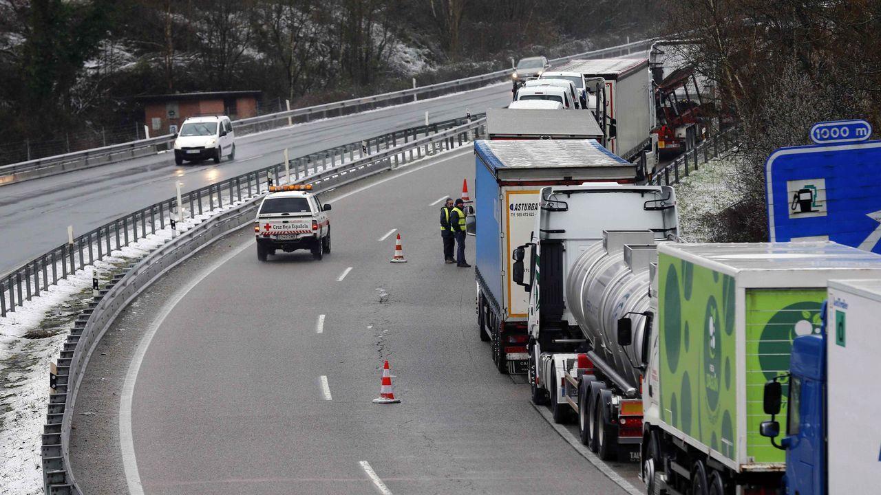 .Numerosos camiones retenidos en las proximidades de Pola de Lena (Asturias), donde el temporal de nieve ha obligado a cerrar totalmente al tráfico la autopista del Huerna (AP-66), que une Asturias y la Meseta, mientras que en la vía alternativa entre el Principado y León, el puerto de Pajares (N-630), es obligatorio el uso de cadenas para turismos y no pueden circular vehículos pesados.