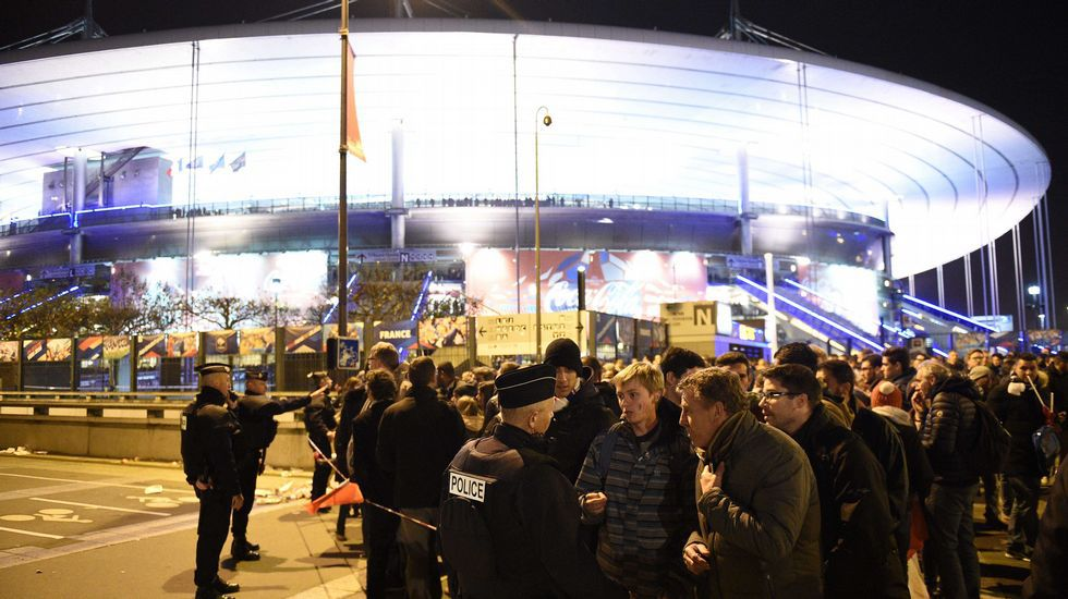 Aficionados del fútbol charlan con la Policía en el exterior del Estadio de Francia.
