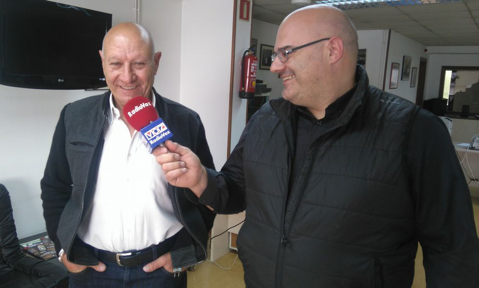 Manuel Pazos, padre e hijo, hablaron ayer en Radio Voz de la historia y el aniversario de la discoteca.