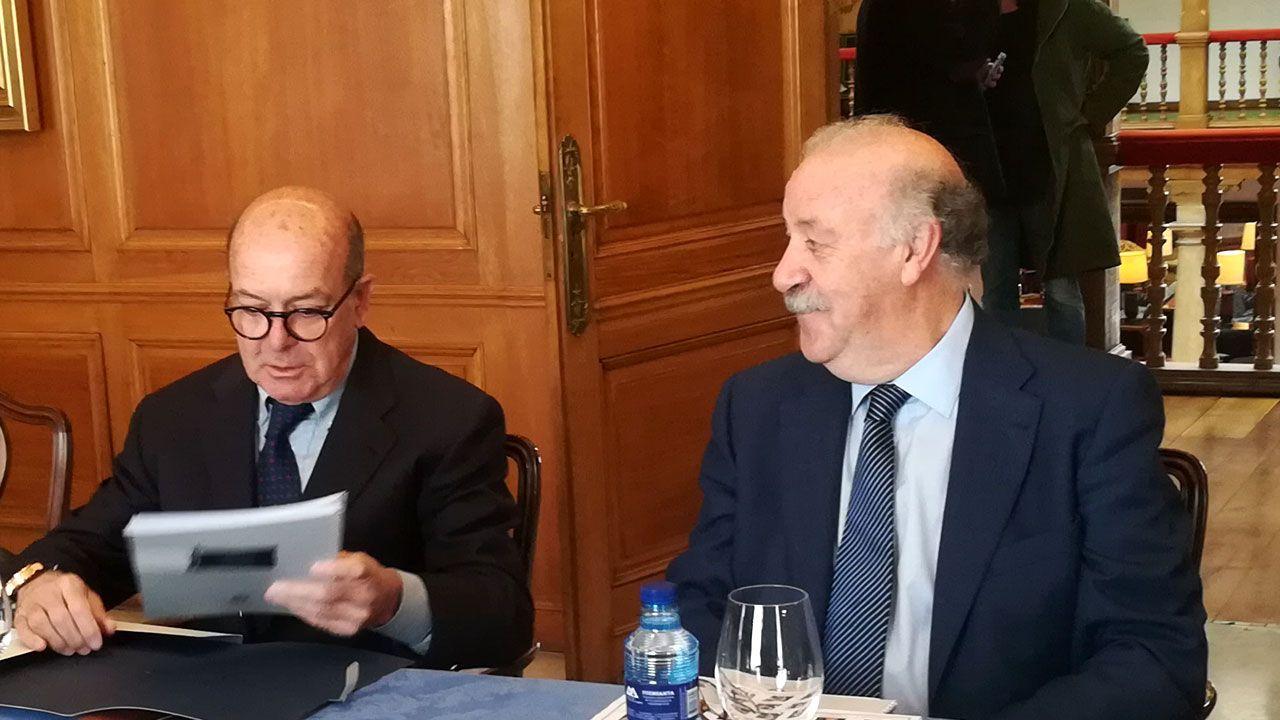 La Fundación Princesa suma apoyos.Vicente del Bosque conversa con Joaquin Folch en la mesa de deliberaciones del Premio Princesa de Asturias de los Deportes