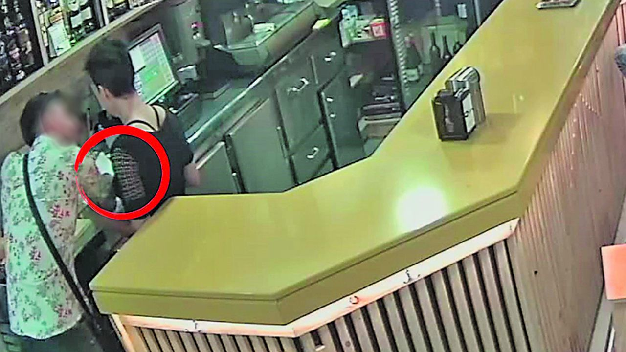 Cazado cuando le robaba el móvil a la camarera