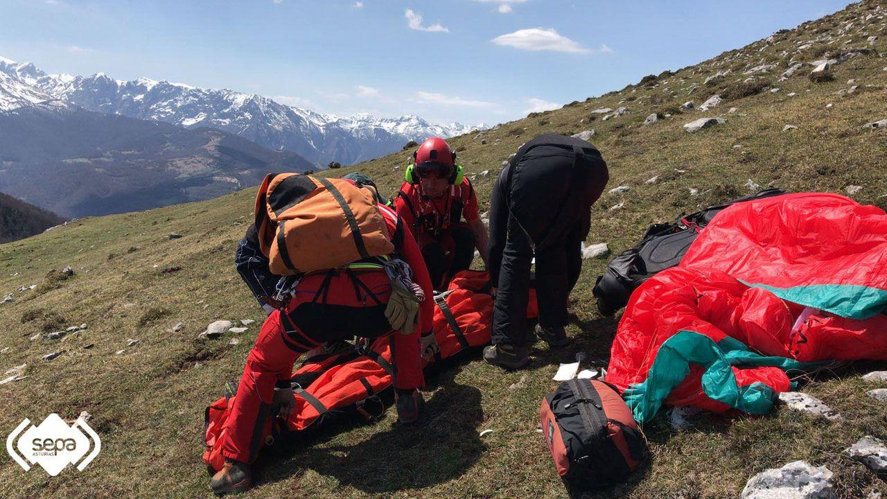 Un grupo de pasajeros consulta los vuelos en el Aeropuerto de Asturias.El 112 evacúa a un parapentista herido en el Gamoniteiro