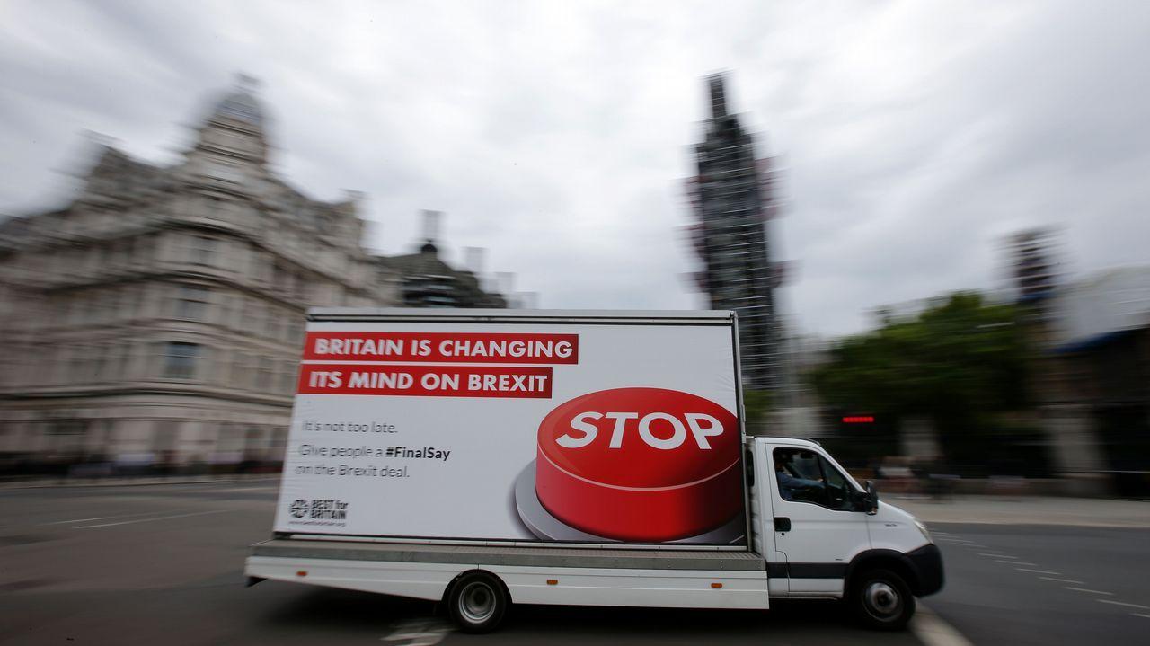 Una camioneta publicitaria con un póster anti Brexit circula por el centro de Londres