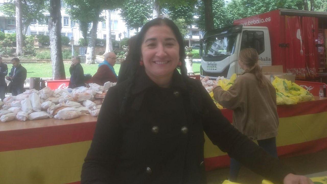 Vanessa Fernández en el reparto de bollos en el Martes de Campo
