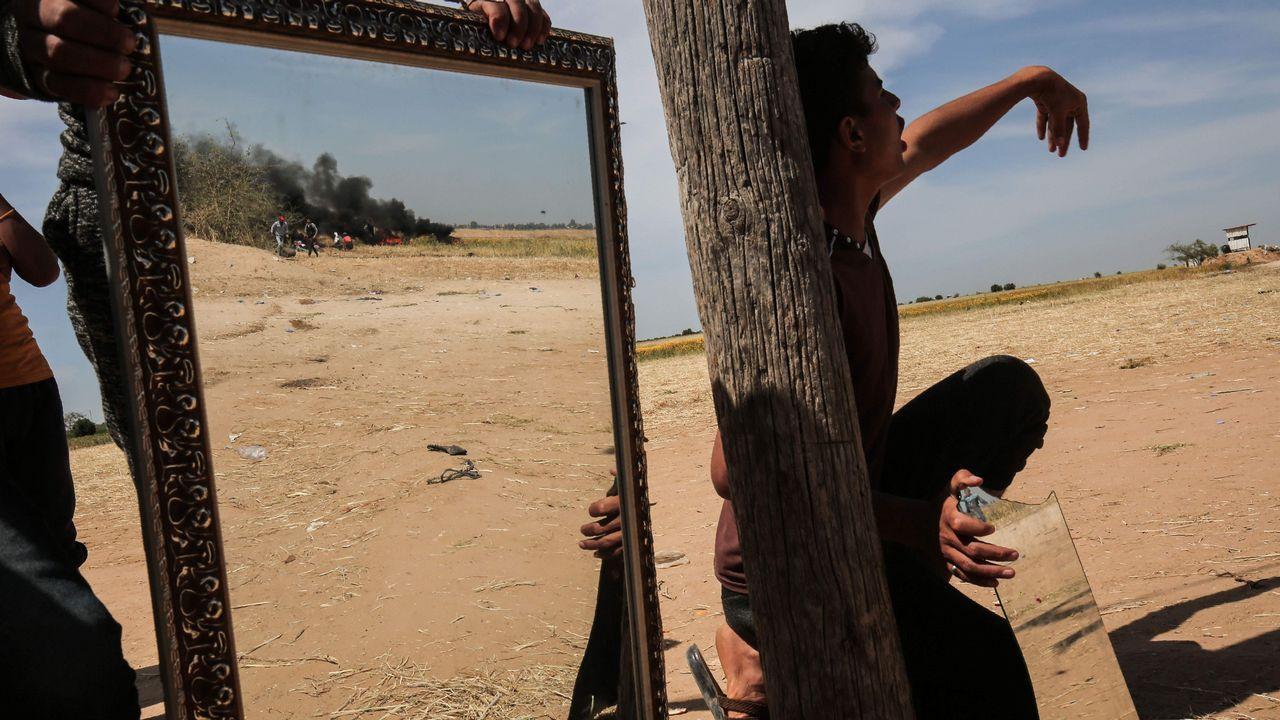 Un palestino utiliza espejos para despistar a los miembros del Ejército israelí, en Khan Yunis