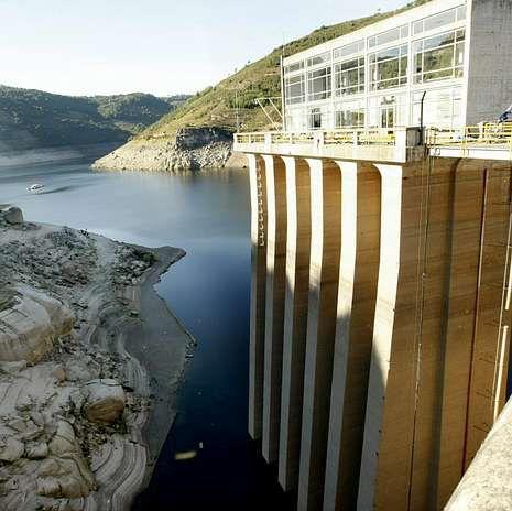 Muro de contención de la presa de Belesar, en Chantada.