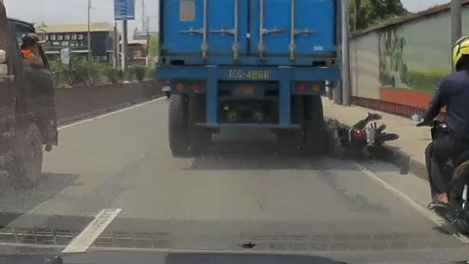 El casco salva la vida de un motorista al que un camión le aplasta la cabeza.