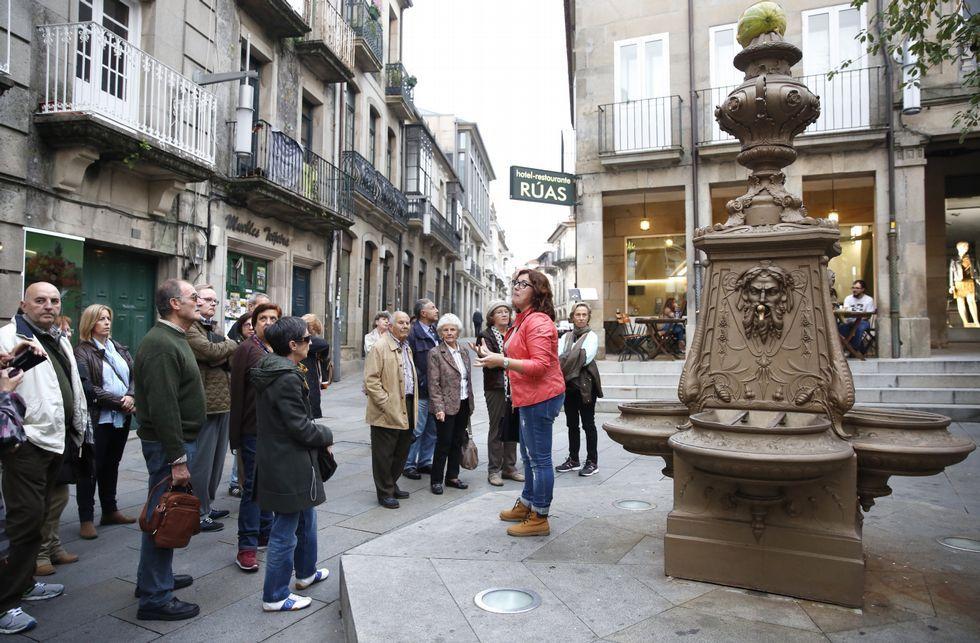 Un grupo de turistas, ayer, en el centro histórico, siguiendo las explicaciones de una guía.