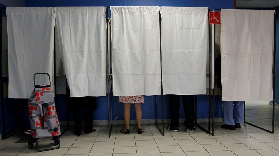 El candidato socialista Benoit Hamon antes de depositar su voto en Trappes