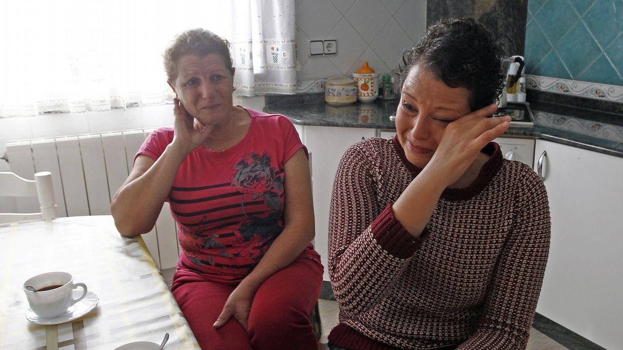 Madre e hija lloran la pérdida de su casa en Chandebrito