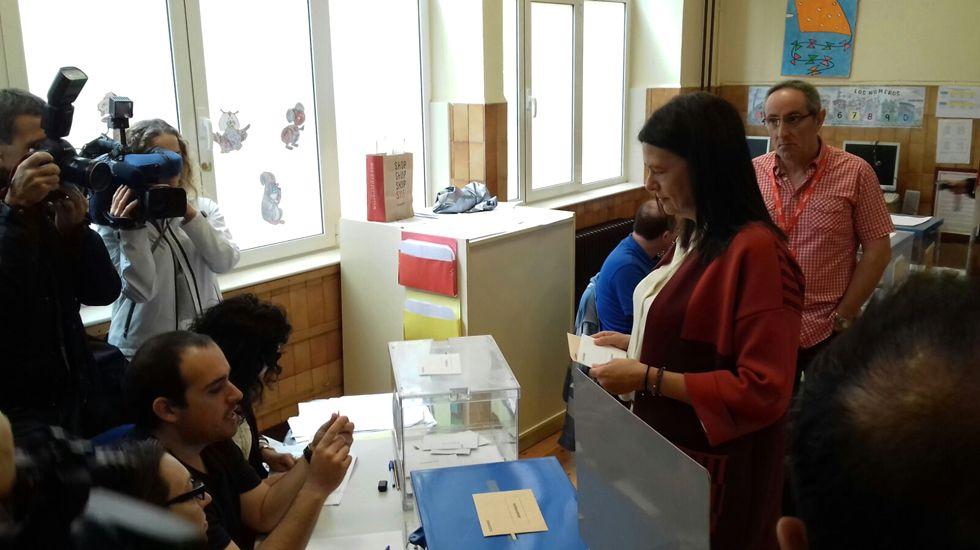 Susana López Ares vota en el ovetense colegio Pablo Miaja