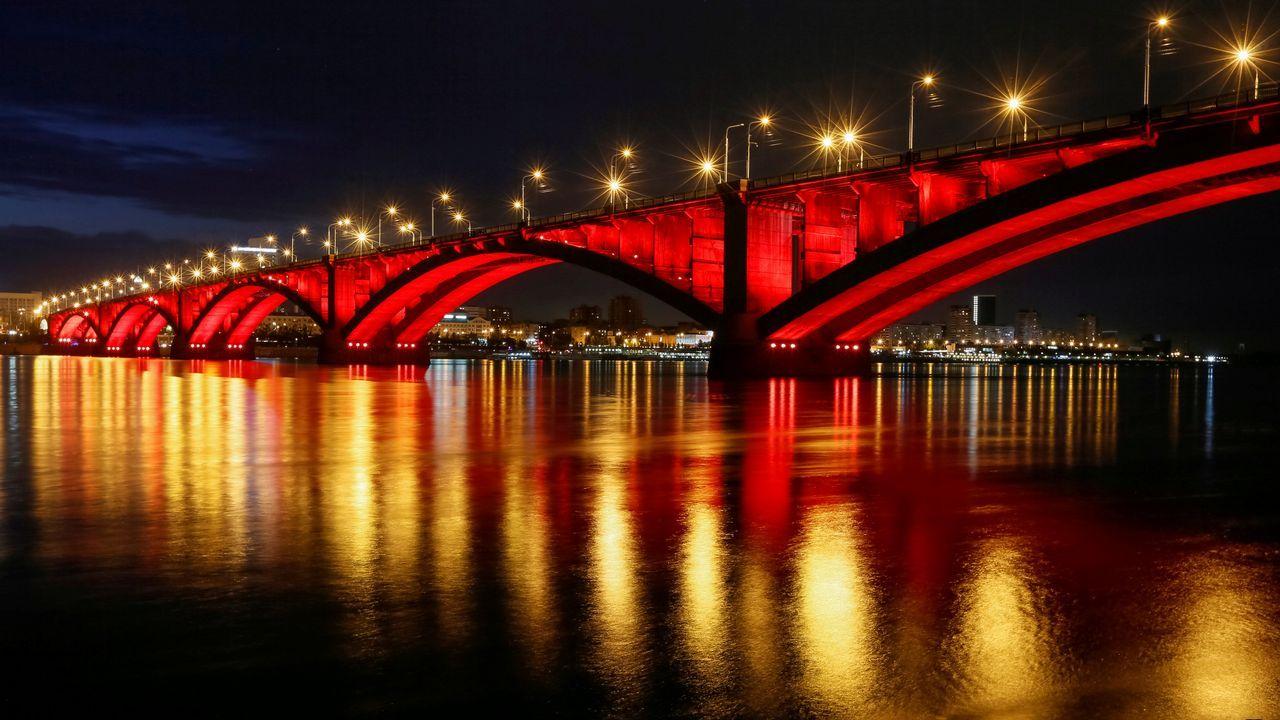 .Vista general del puente que cruza el río Yenisei e n Krasnoyarsk.