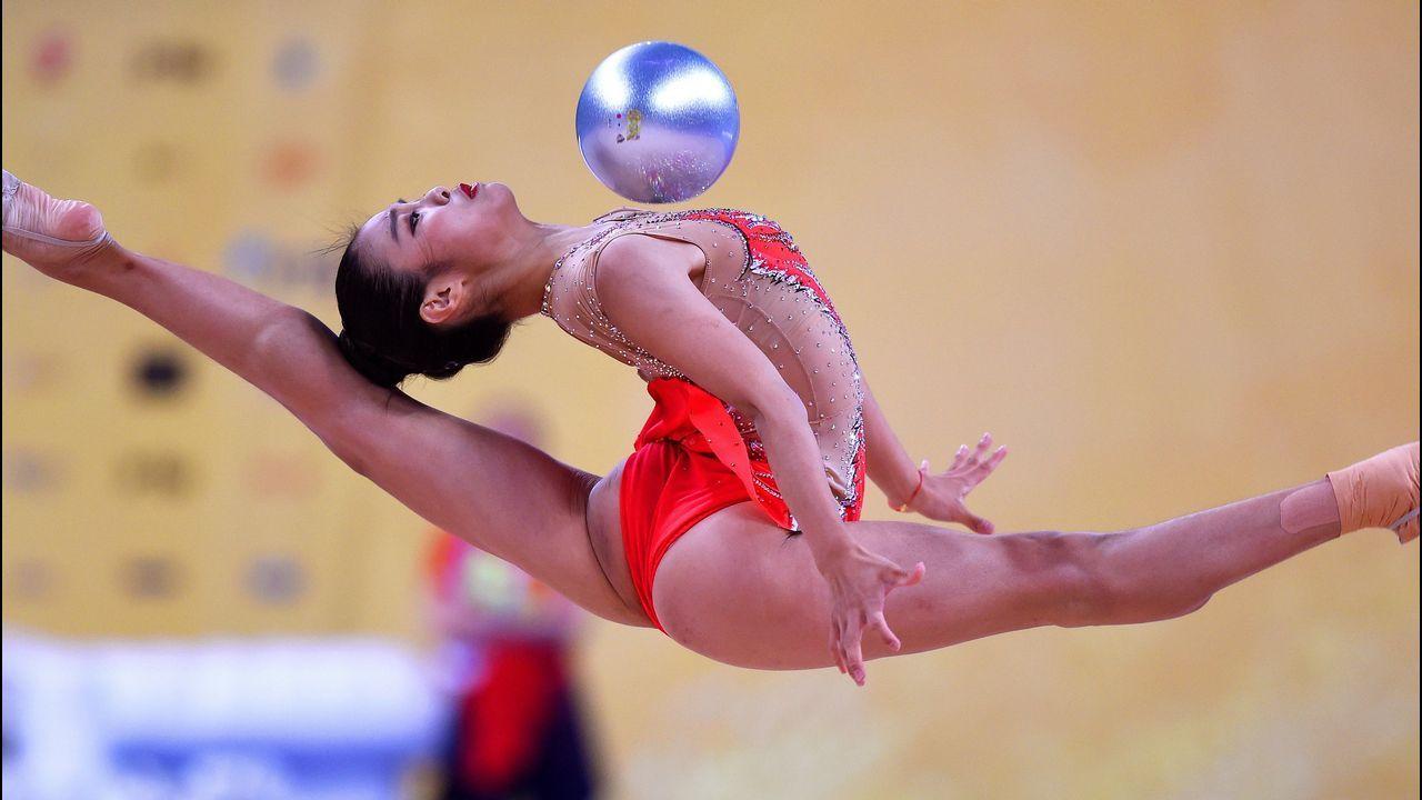 La gimnasta china Zhao Yating compite en la ronda clasificatoria de aro y pelota durante los Campeonatos del Mundo de Gimnasia Rítmica, en Sofía, Bulgaria