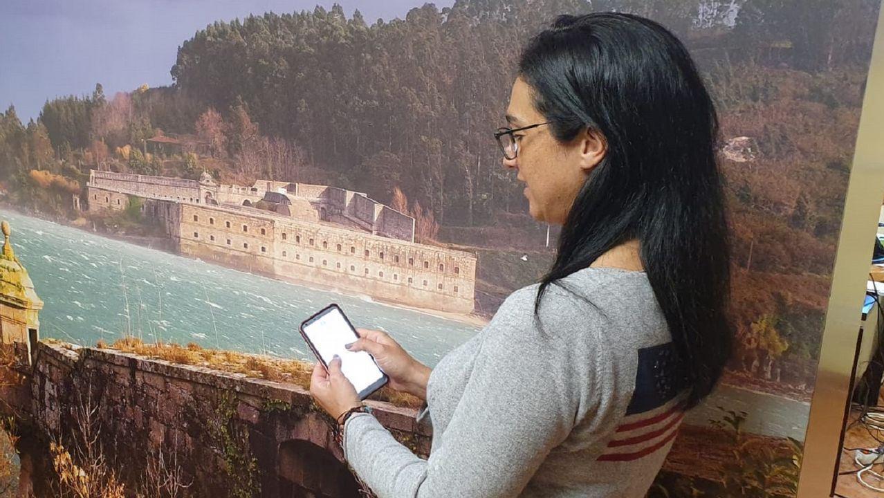 Yolanda Felices, empleada de una consignataria, registra la hora de entrada y salida del trabajo con una aplicación del móvil