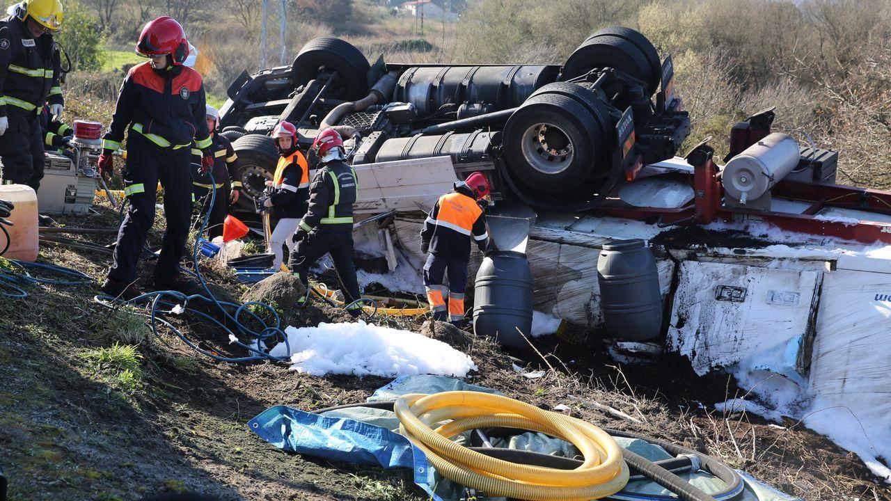 Accidente de tráfico en Catoira. Un trailer se sale en una curva y cae por un terraplén