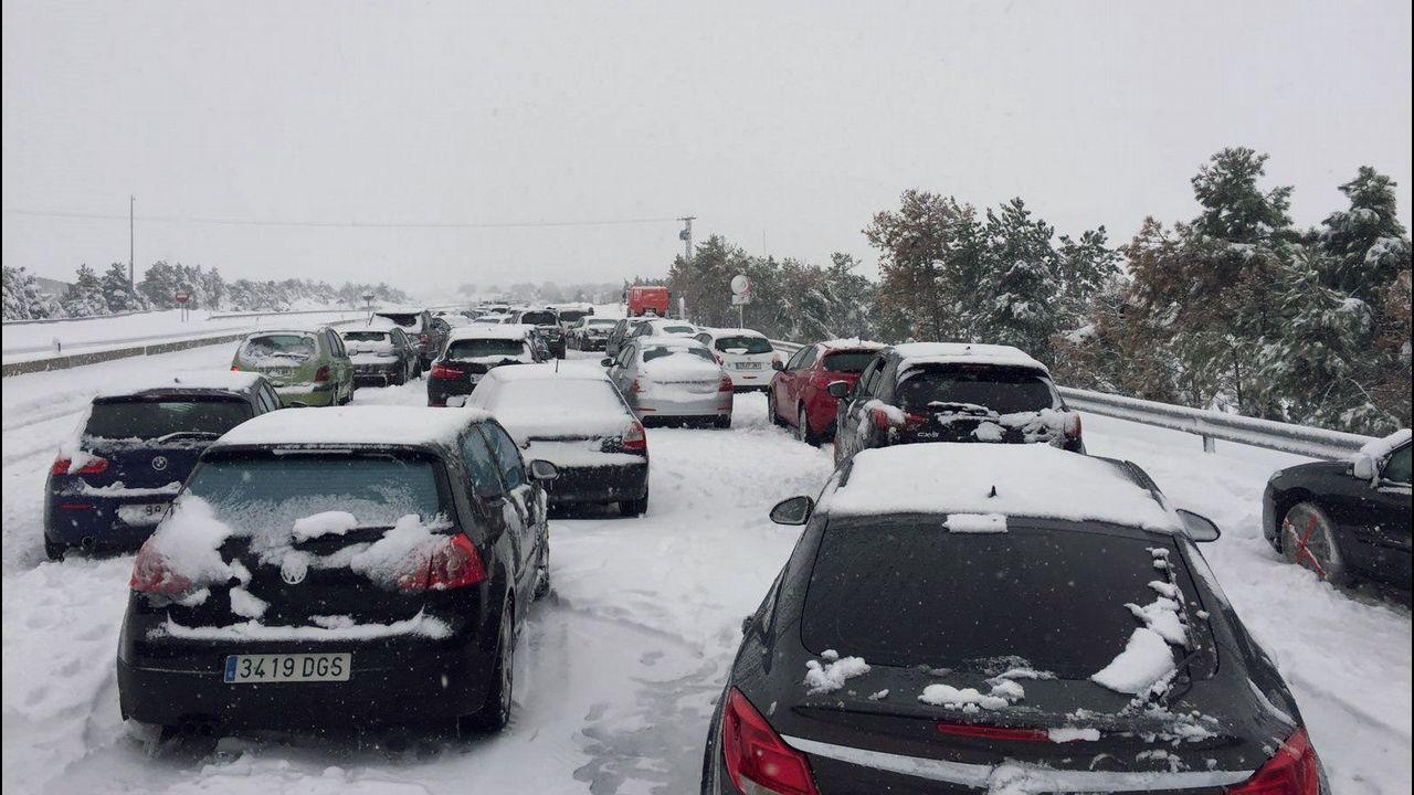La carretera nevada de acceso al puerto de San Isidro, entre Asturias y León.Miles de coches atrapados en la AP-6 y A-6 por el temporal de nieve