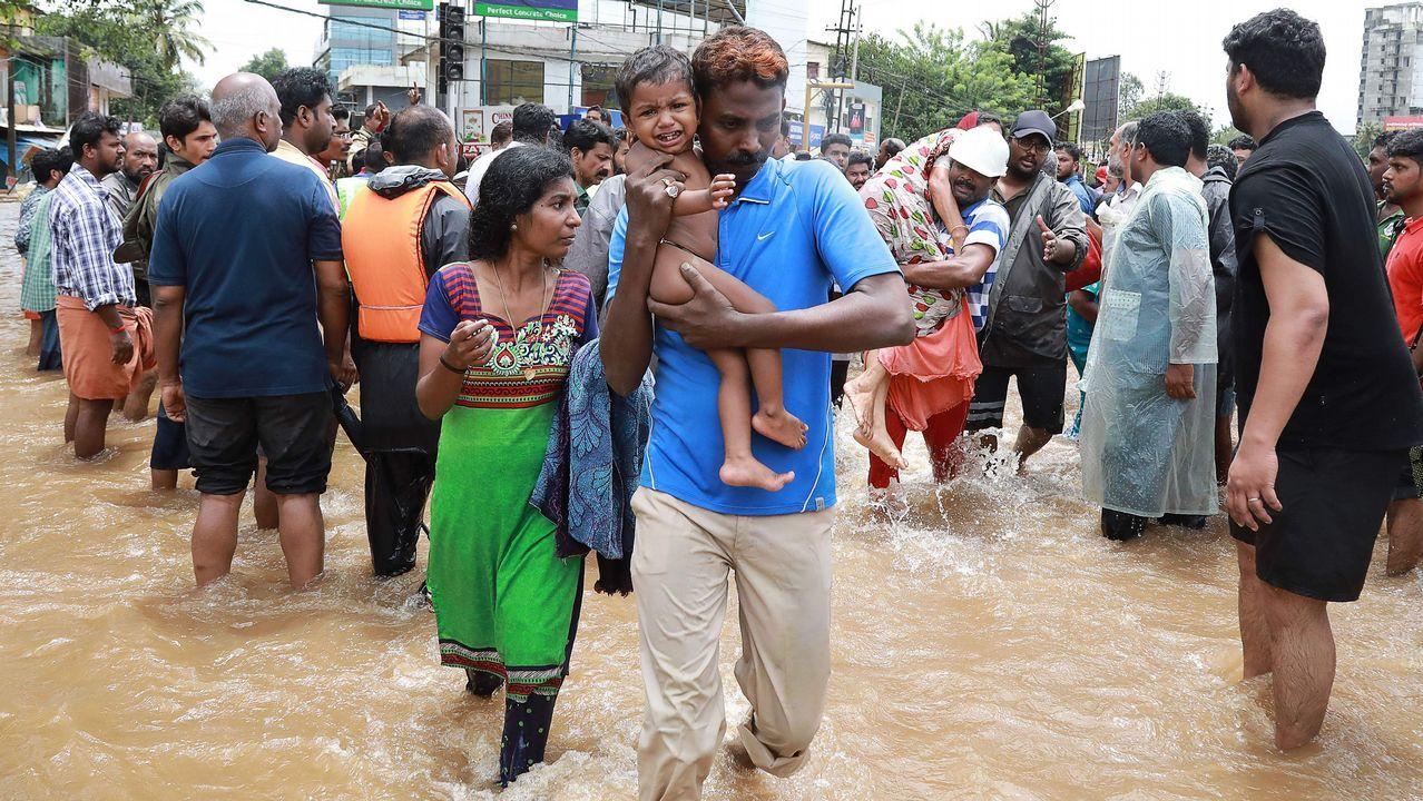.En India ya son al menos 164 los fallecidos por las inundaciones en el estado de Kerala. Solo en un día y medio se han localizado más de 100 cadávares