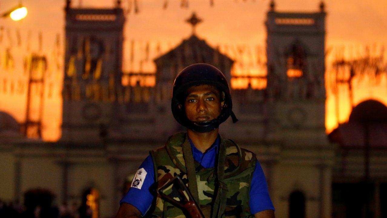 Bodas de oro de la promoción del 69 de Medicina.Un soldado vigila la iglesia capitalina de San Antonio, una de las atacadas el domingo
