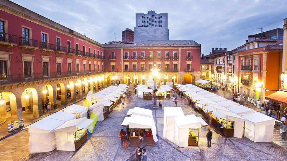 Gijón.Vista general del mercado artesano y ecológico de Gijón