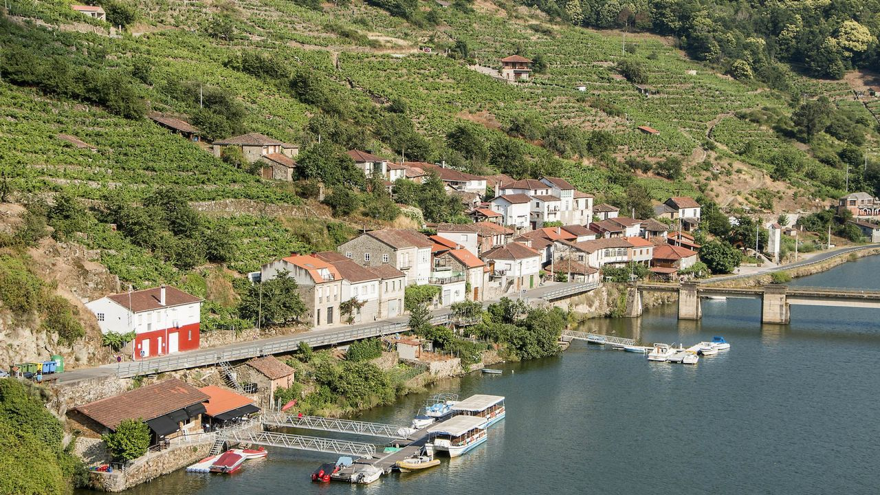 Así suelta agua el embalse más grande de Galicia.Conocido mural de Yoseba M.P. en la rúa Vila de Negreira