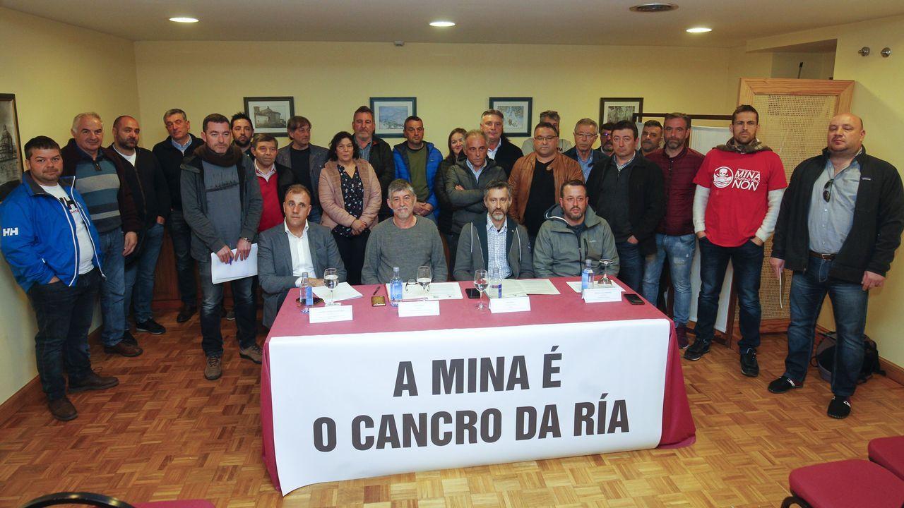 Jose Manuel Vidal Seage alcalde de Pontecesures coge una lamprea con sus manos