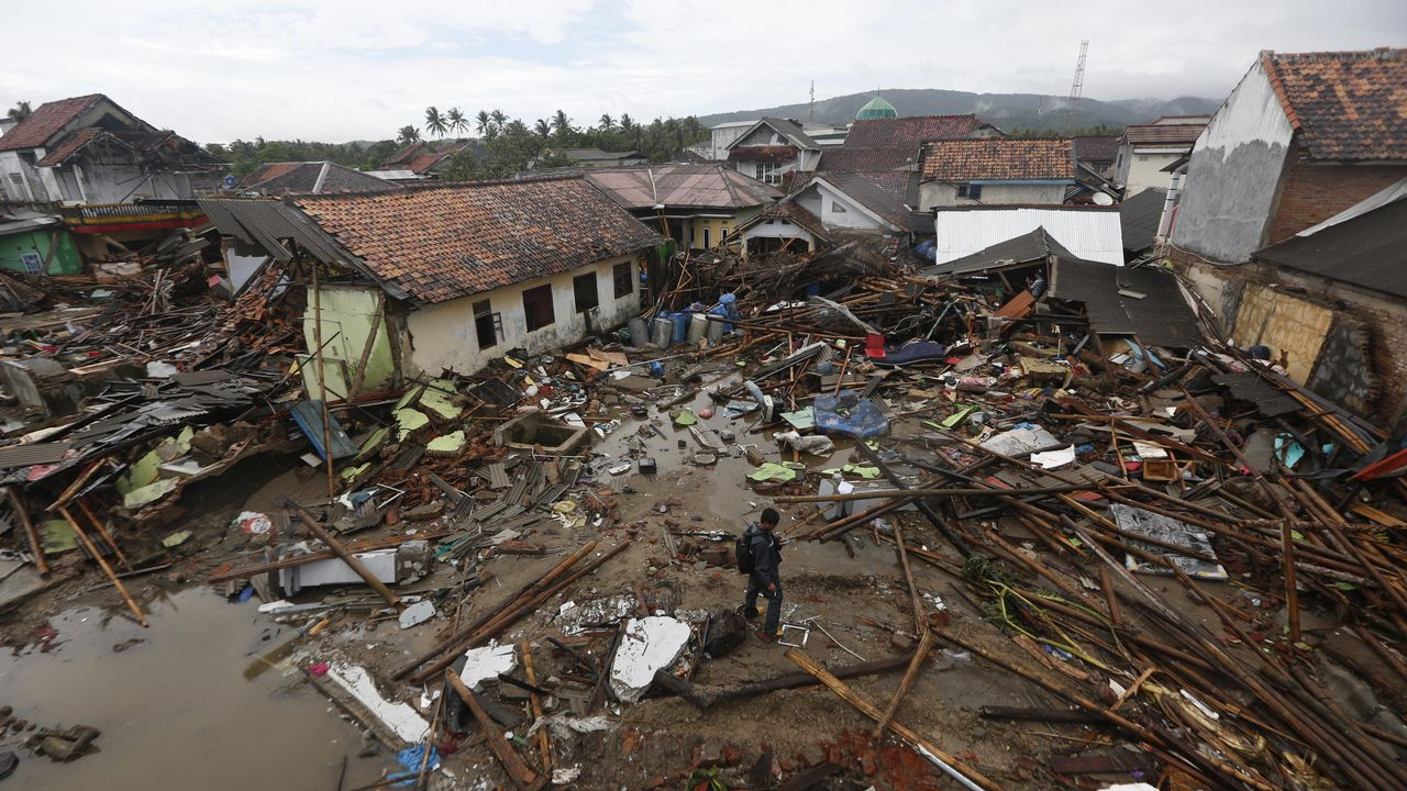 Destrucción en Indonesia por un tsunami.Cartel de Tsunami Xixón 2019