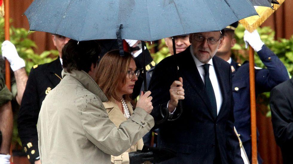 La reina Letizia, la Princesa de Asturias, y la infanta Leonor, junto al presidente del Gobierno en funciones, Mariano Rajoy, y el ministro de Defensa en funciones, Pedro Morenés