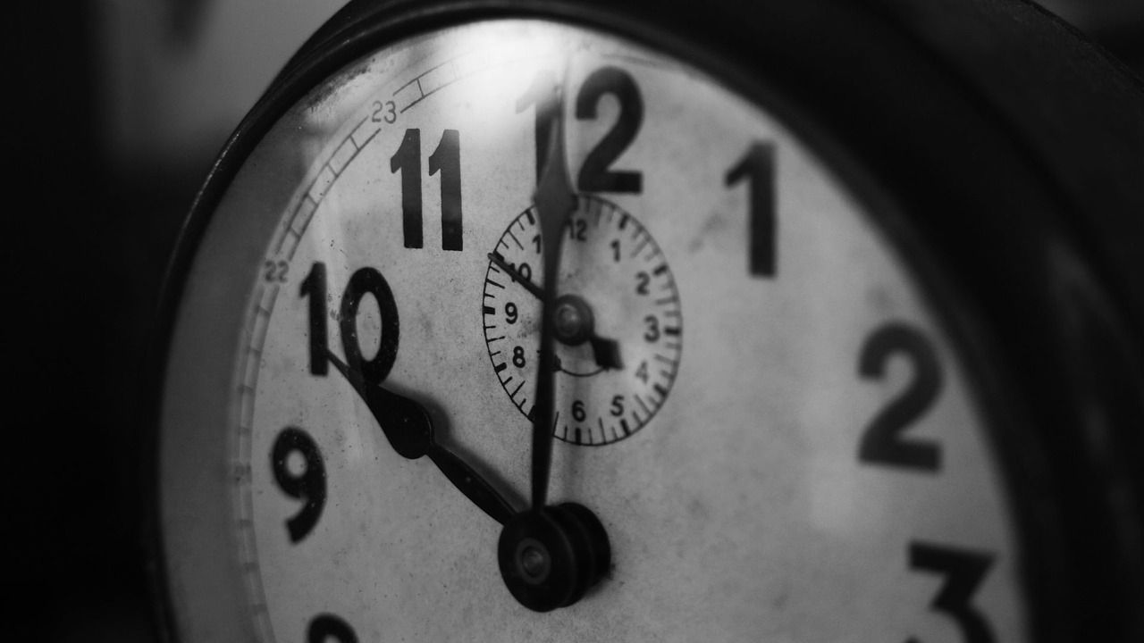 Los relojes atrasarán sus manecillas esta noche