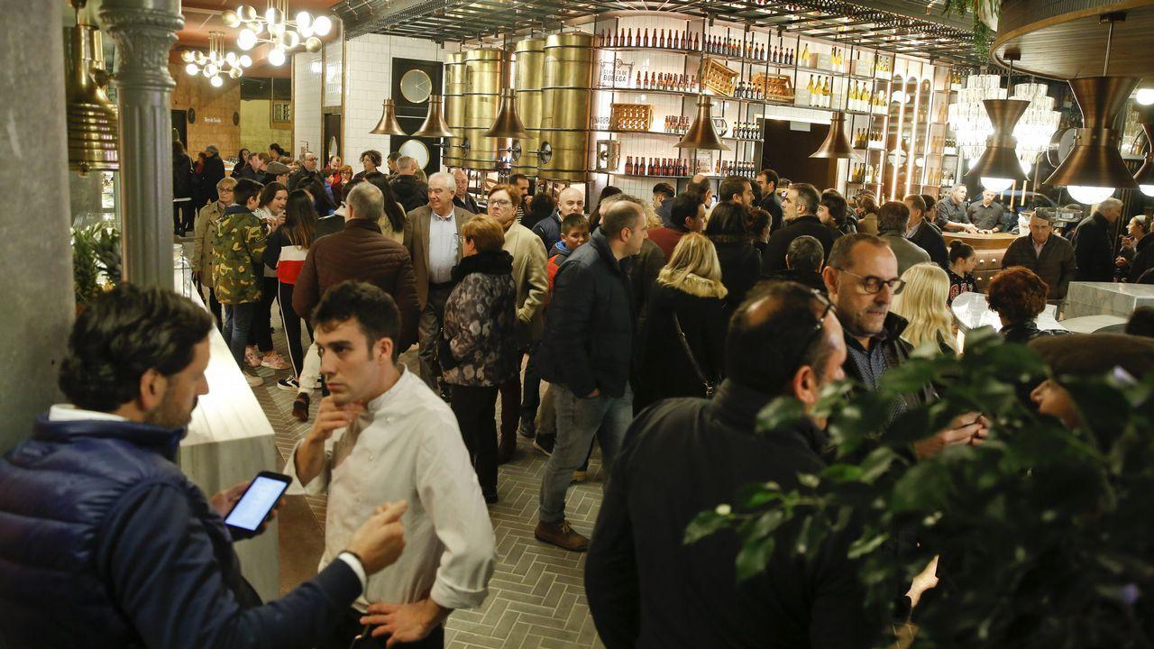 Animada apertura al público del mercado gastronómico Boanerges.Coches blindados de la policía frente al Arco del Triunfo