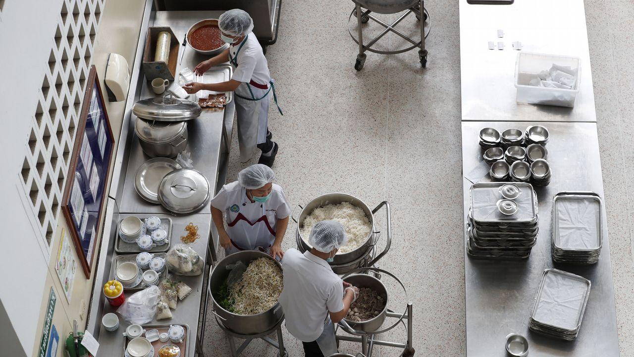 .Nutricionistas tailandeses preparan alimentos en el Hospital Chiangrai Prachanukroh, donde se alojan ocho niños de un equipo de fútbol después de ser rescatados de la cueva Tham Luang en la provincia de Chiang Rai