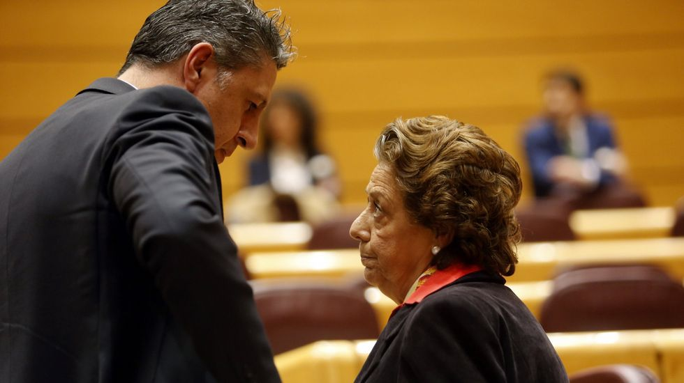 Soria cuenta en sus memorias inéditas que dimitió por las amenazas de Montoro.Rajoy y Mercedes Fernández en Gozón
