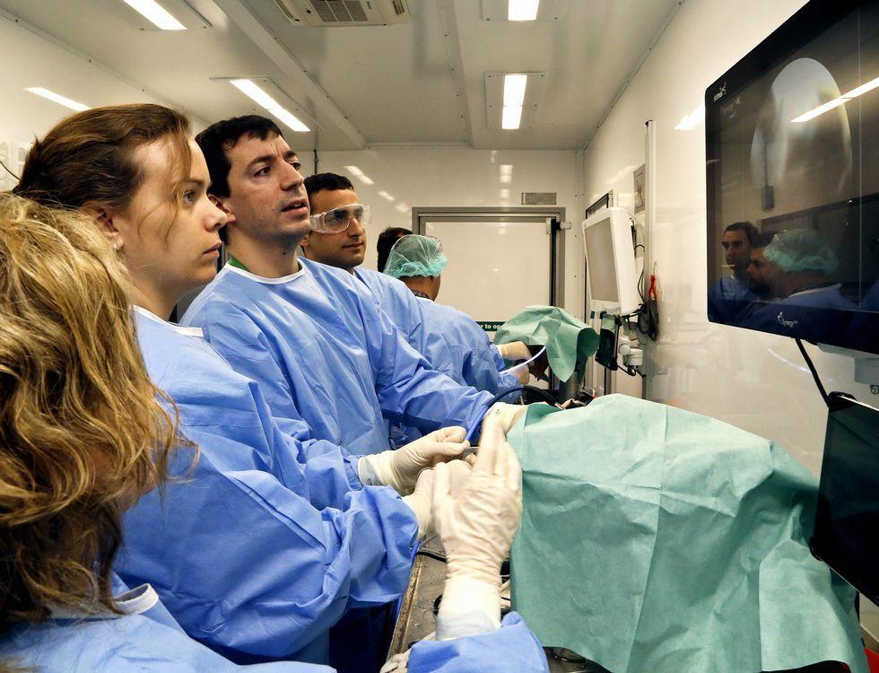 Los cirujanos, con el jefe de Traumatología, formándose en endoscopia con cadáveres.