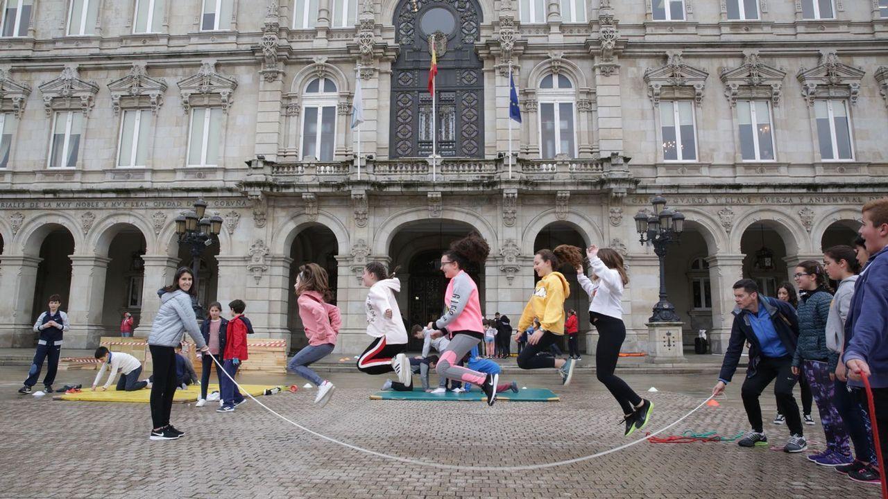 Los escolares salen a hacer deporte en el Día de la Educación Física en la calle.