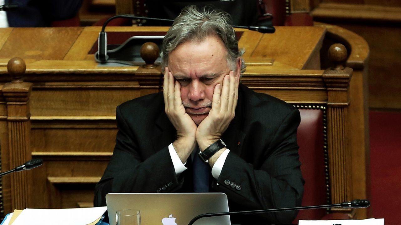 Katrougalos, ministro de Exteriores griego, se agarra la cabeza durante el debate sobre el cambio de nombre de Macedonia
