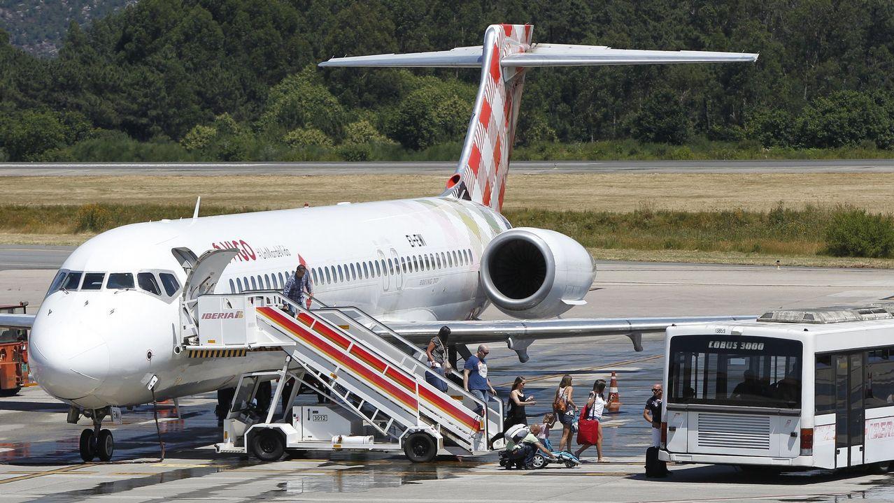Un grupo de pasajeros consulta los vuelos en el Aeropuerto de Asturias.Un grupo de pasajeros consulta los vuelos en el Aeropuerto de Asturias