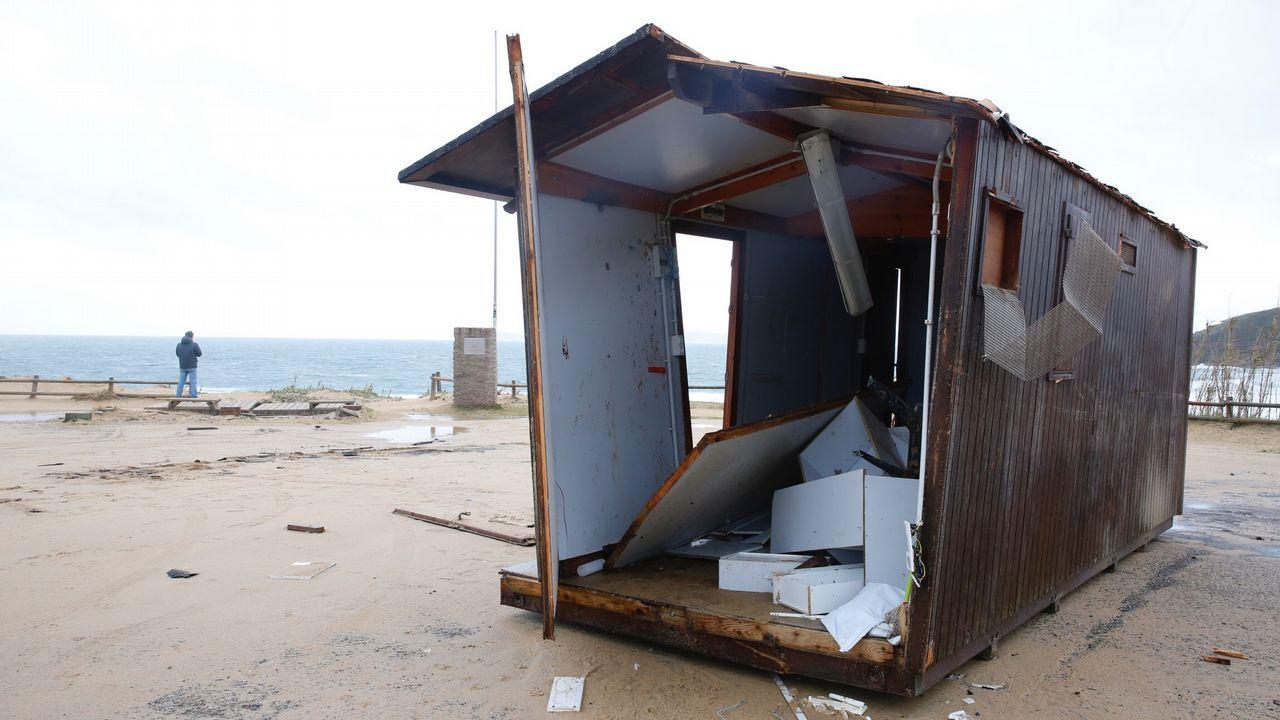.Destrozos por el temporal en la playa de Montalvo en Sanxenxo.