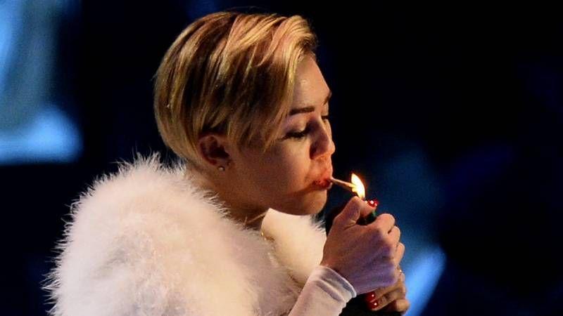 Miley Cyrus se lleva todas las miradas.Las fachadas del edificio, de seis plantas, tratan de aprovechar la luz con amplios acristalamientos.
