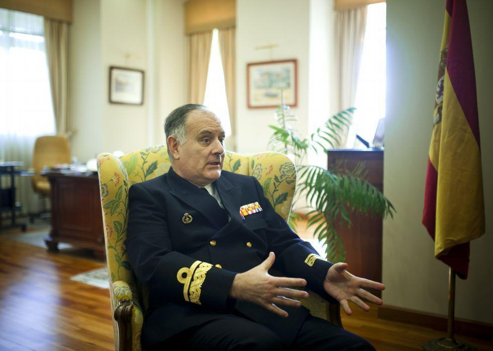 La «Méndez Núñez» zarpa de Ferrol para asumir el mando de la OTAN.Pintos Pintos, en su despacho de trabajo en la base militar de A Graña.