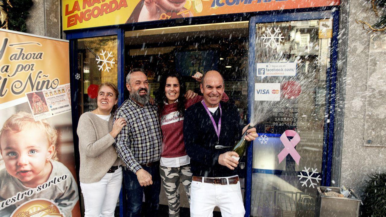 Los propietarios de la administración de lotería que ha vendido 170 series de un cuarto premio del sorteo extraordinario de Navidad de la Lotería Nacional, festejan los 34 millones de euros que han repartido en la localidad alavesa de Llodio.