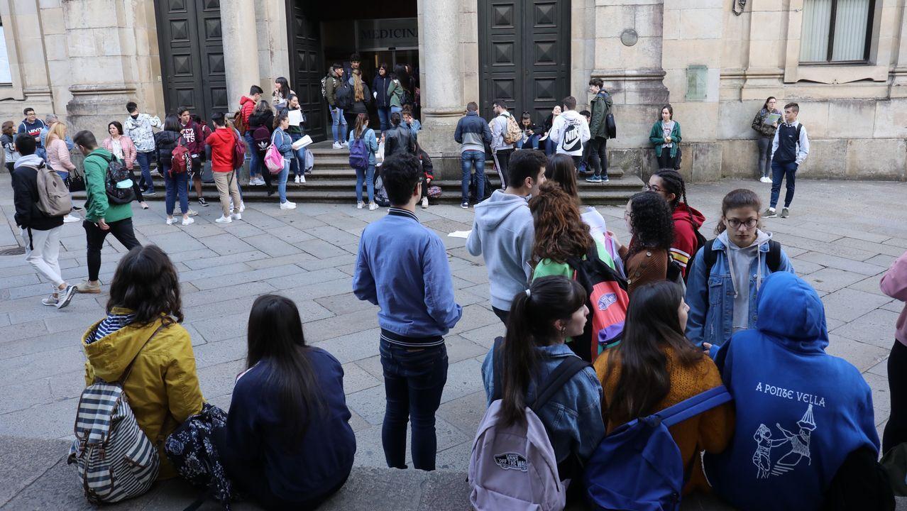 Espera delante de la Facultade de Historia de Santiago en las horas previas al inicio de la selectividad