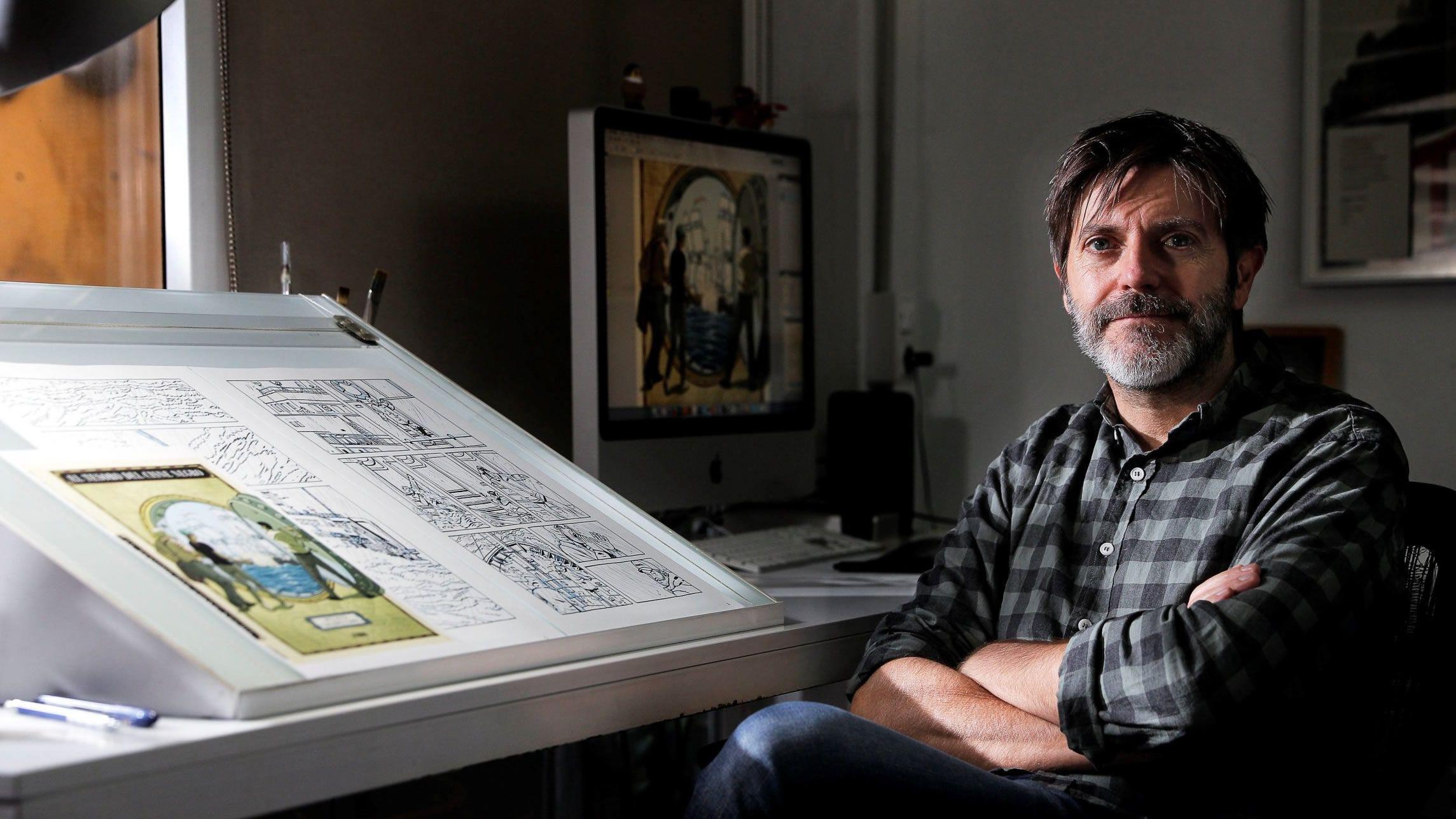 Roca posa con los dibujos de «El tesoro del Cisne Negro»