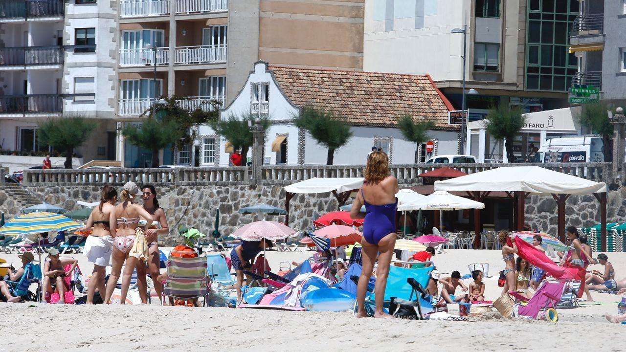 La playa de Silgar este sábado, abarrotada de bañistas