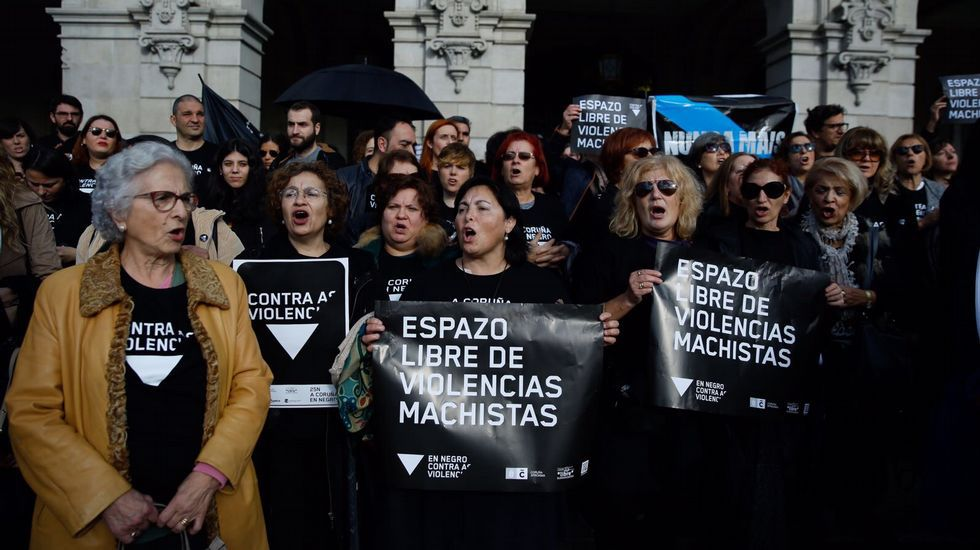 Concentración  A Coruña en negro  contra laviolencia machista en María Pita