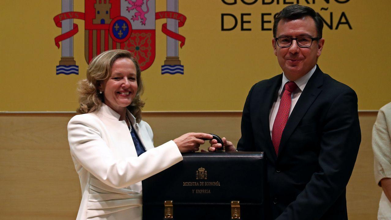 La ministra de Economía Nadia Calviño recibe su cartera de manos del saliente Román Escolano