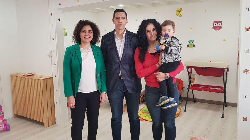 «Llevo una vida menos esclava y puedo marcarme horarios».El alcalde de A Gudiña, José María Lago, con su mujer y su hija de año y medio